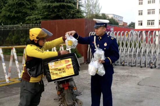 河南多地消防员收到神秘礼物 真相让人感动