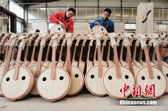 兰考某乐器加工厂里忙碌的工人 兰考县委宣传部供图