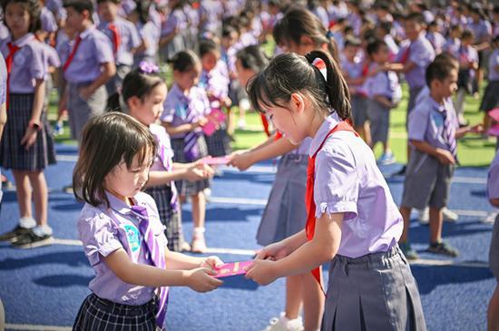 图为开学典礼上教师宣誓发言 (学校供图)