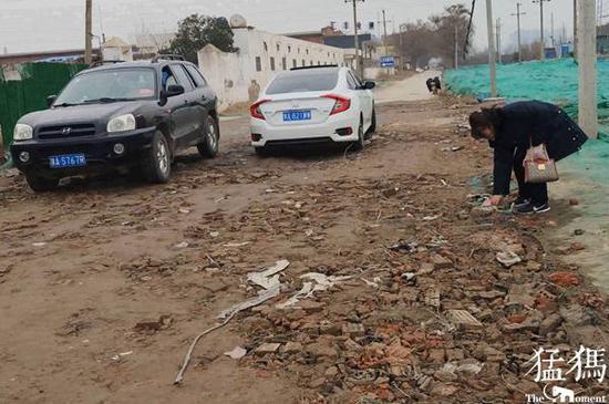 郑州大妈路中央接连扔起砖块 知道原因后司机都被感动了