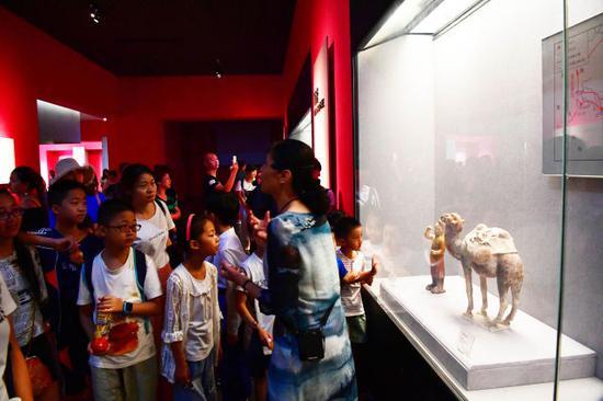 8月14日,小朋友们在河南洛阳博物馆参观。
