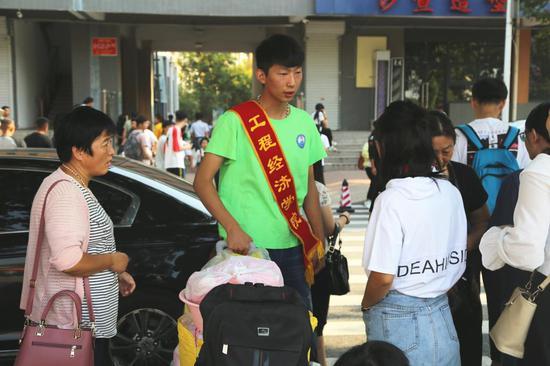 志愿者帮助新生搬运行李