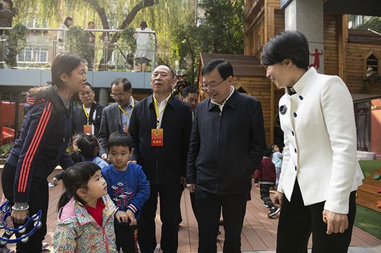 郑州市政协副主席王万鹏一行来到管城区城东路实验幼儿园调研
