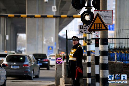 2019年2月1日,河南郑州,原保平在面粉厂铁路道口巡视。