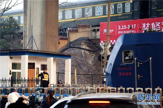 2019年2月1日,河南郑州,原保平在郑州市面粉厂铁路道口立岗接车。
