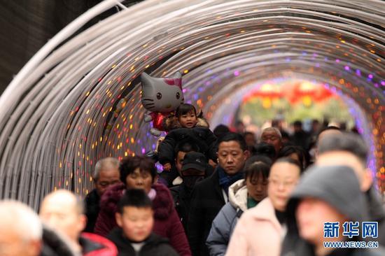 2月7日,河南许昌,灞陵桥景区新春大庙会活动现场。