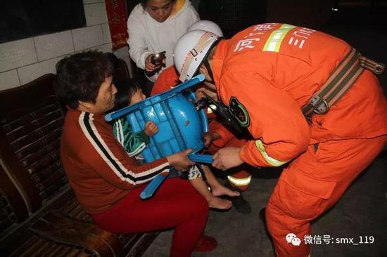 三岁幼童手指被卡塑料椅 三门峡消防成功取出