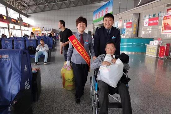 五一郑州长途汽车南站为减少旅客进站排队现象  可网购车票刷脸进站