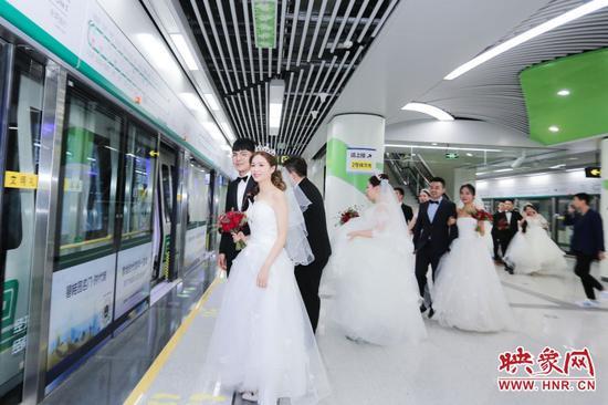 """郑州地铁举行集体婚礼 20对新人乘坐""""520爱情专列""""前往幸福的婚姻殿堂_城市_中原网视台"""