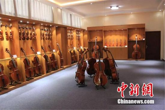 图为确山生产的小提琴 郭新社 摄