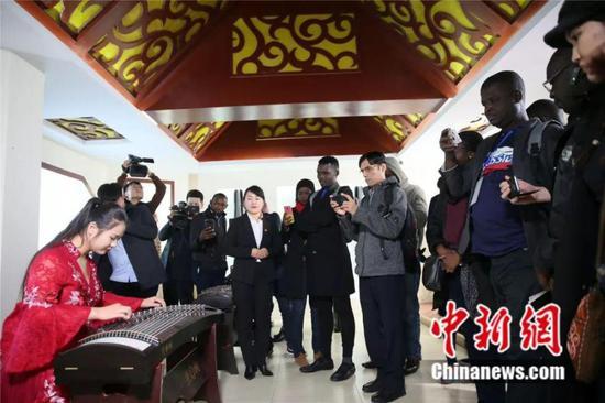 外国友人在兰考欣赏古筝演奏 兰考县委宣传部供图