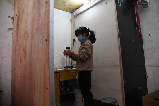 养父自制透析室救女 汝州女孩每天独立完成8次透析