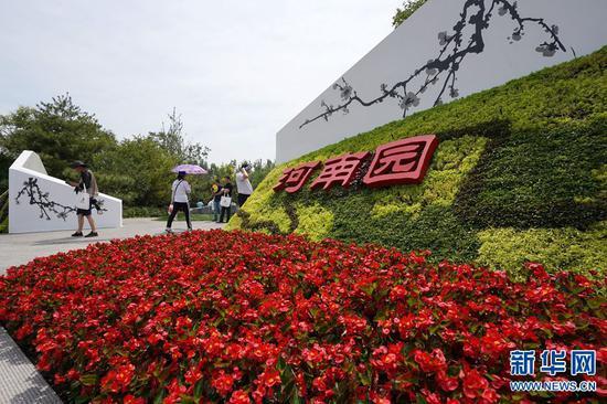 6月23日,游客在北京世园会河南园参观。