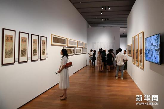 """9月18日,观众在浙江大学艺术与考古博物馆参观""""国之光""""——从《神州国光集》到《中国历代绘画大系》展览。"""