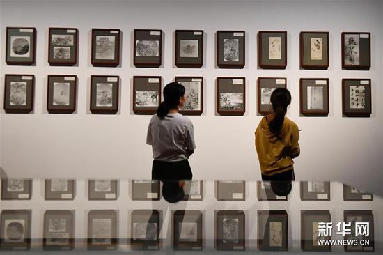 9月18日,观众在浙江大学艺术与考古博物馆参观中国绘画档案照片。