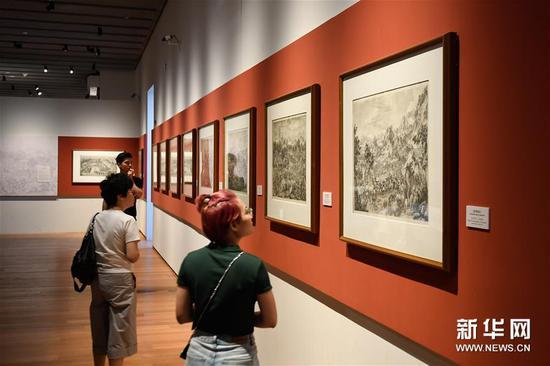 """9月18日,观众在浙江大学艺术与考古博物馆参观""""中国与世界""""——新获藏品展。"""