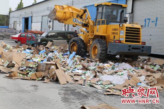 郑州上万箱假劣食品药品集中销毁 案值20余万