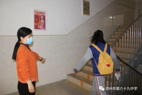 学生在安全值班岗老师的引导下有序上楼