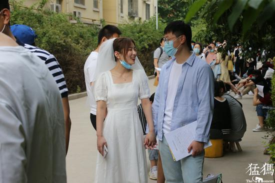 媳妇穿婚纱领证惊艳全场 老公:我全身都是新买的