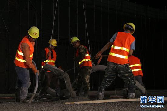 工人在郑州南站作业