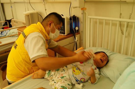 图为下班后的赵素彬来不及更换衣服便赶往医院