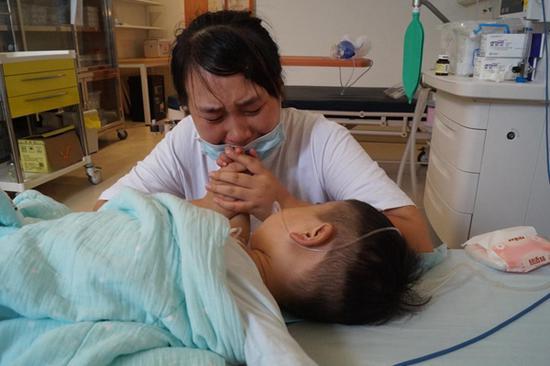 图为住院期间的小佳浩和妈妈