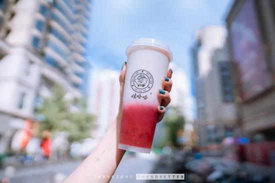 国民品牌跨界卖奶茶,是回忆杀还是黑暗料理的智商税?