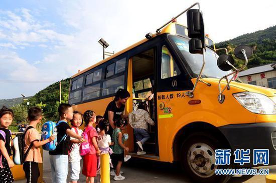 9月7日,在河南省灵宝市豫灵镇杨家村幼儿园,校车在接送放学儿童。 新华社记者 郝源 摄