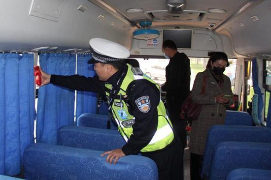 @诸位家长 郑州交警提醒: 没有这个东西可能就是黑校车