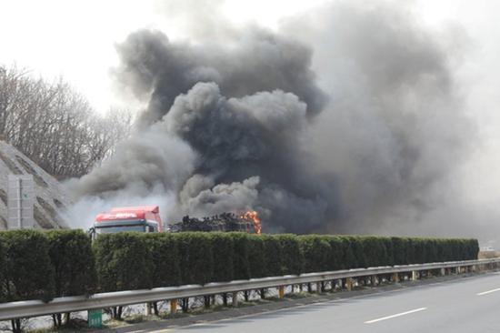 数十辆三轮车陷入火海 济源消防20分钟成功扑灭
