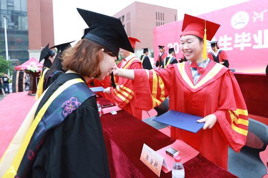 当天上午,该学院举行了2018届学生毕业典礼暨学士学位授予仪式。