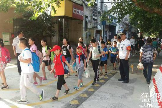 郑州中小学暑期返校首日 校园外