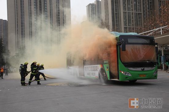消防队员救火现场