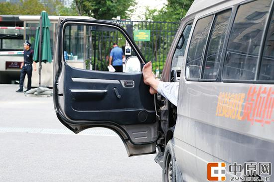 工人路,一驾驶员把脚伸出窗外 郑报全媒体记者 宋晔 图