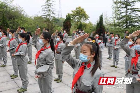杨得志红军小学学生在杨得志同志故居开展缅怀先烈活动。