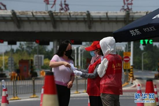 郑州:防疫一线的坚守(图)