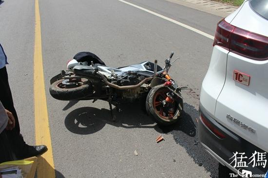 关键时刻没戴头盔 洛阳男子骑车与汽车相撞 摔得头脸血流