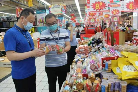 """月饼也能""""两掺""""?今年郑州中秋月饼市场推出新花样"""