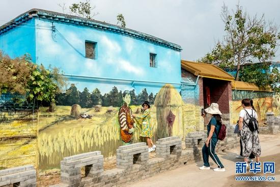 河南辉县:农家墙壁上的美丽画作(图)