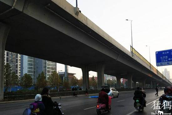 老人清晨从郑州立交桥跳下 护栏上留下遗憾身影
