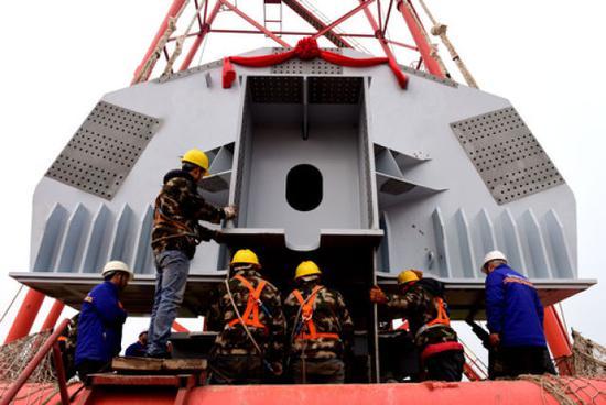 3月3日,工程技术人员在郑济高铁郑州黄河特大桥架设首件连续钢桁梁。