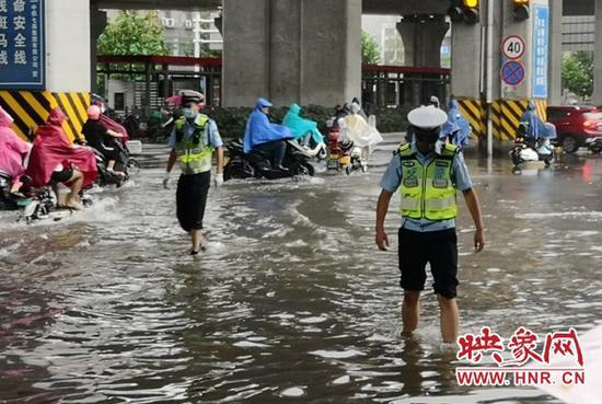 救助车辆137台、人员550人 郑州交警保障暴雨天气道路通畅工作