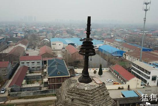 从空中俯瞰,塔顶还遗存铁质的佛家铁刹、覆钵以及相轮。
