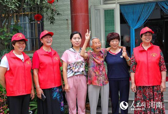 谷红霞(右二)与家人在一起 巴煜卿 摄