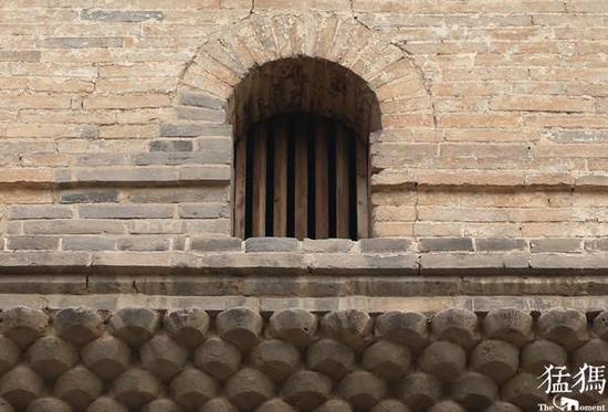 塔身上的小窗棂。
