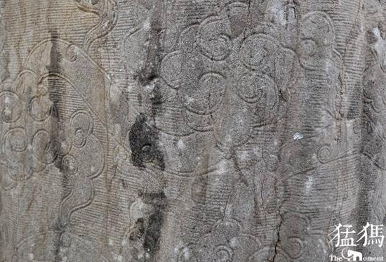 石人身上雕刻有精美的服饰花纹。