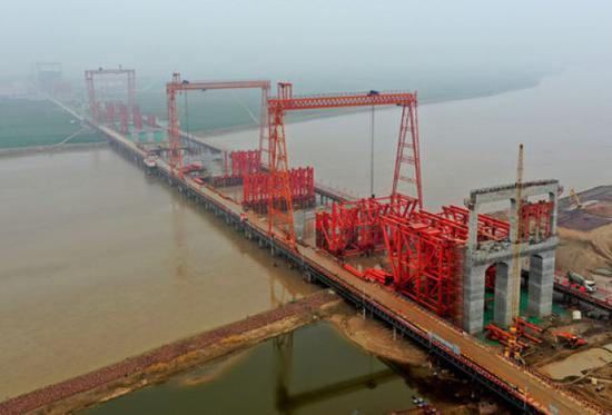 这是施工中的郑济高铁郑州黄河特大桥(3月3日无人机拍摄)。