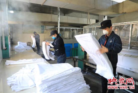 郑州客运段加强列车卧具消毒 保障旅客出行乘车安全