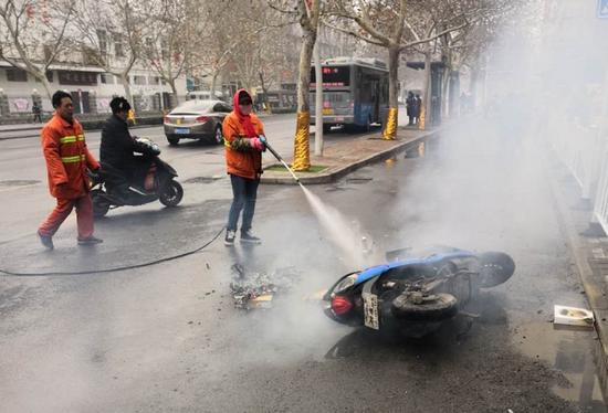 疾驰电瓶车自燃着火 郑州热心环卫工秒变消防员