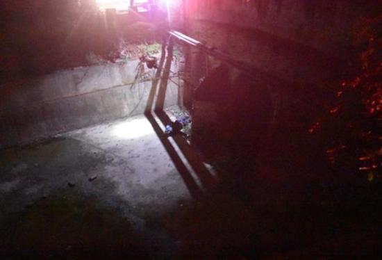 醉汉掉入3米深坑 被消防员营救时竟还鼾声如雷